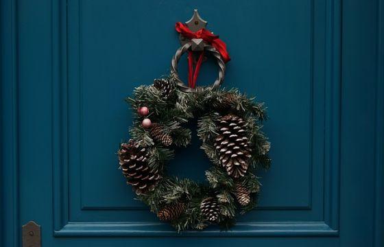 La ghirlanda di natale nella tradizione natalizia - Corone natalizie da appendere alla porta ...