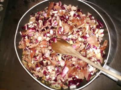 Preparazione ripieno torta salata speck e radicchio