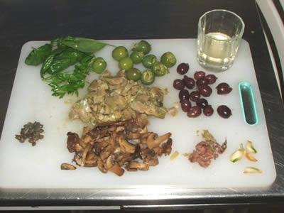 Ingredienti per tortiglioni ai carciofi e funghi porcini