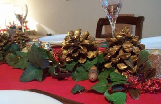 Come apparecchiare la tavola di natale con le pigne - Centro tavola natalizio con pigne ...