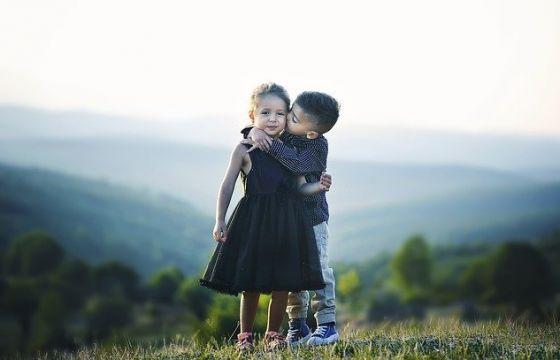 La forza e la carica di significato di un abbraccio.