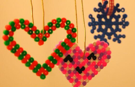 Come fare decorazioni di natale con le perline hama - Decori natalizi per finestre ...