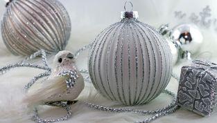 L'albero di Natale si tinge d'argento