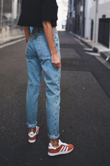 Sneakers e mom jeans