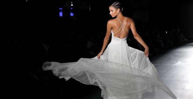Abiti da sposa con schiena scoperta  l intrigante tendenza bridal per il  2019 7217537cd146