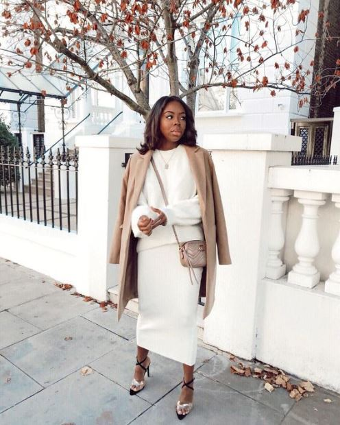 Cappotto cammello e abbigliamento bianco